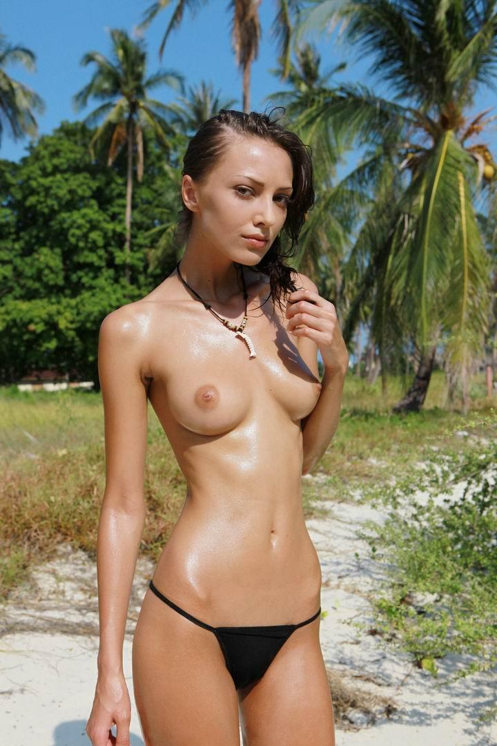 Amazing model reveal tanned boobs in a beautiful bikini