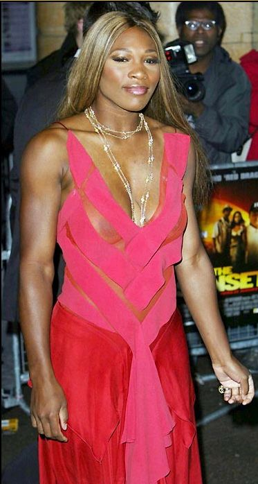 Serena Williams shiny and beautiful in her red dress without bra